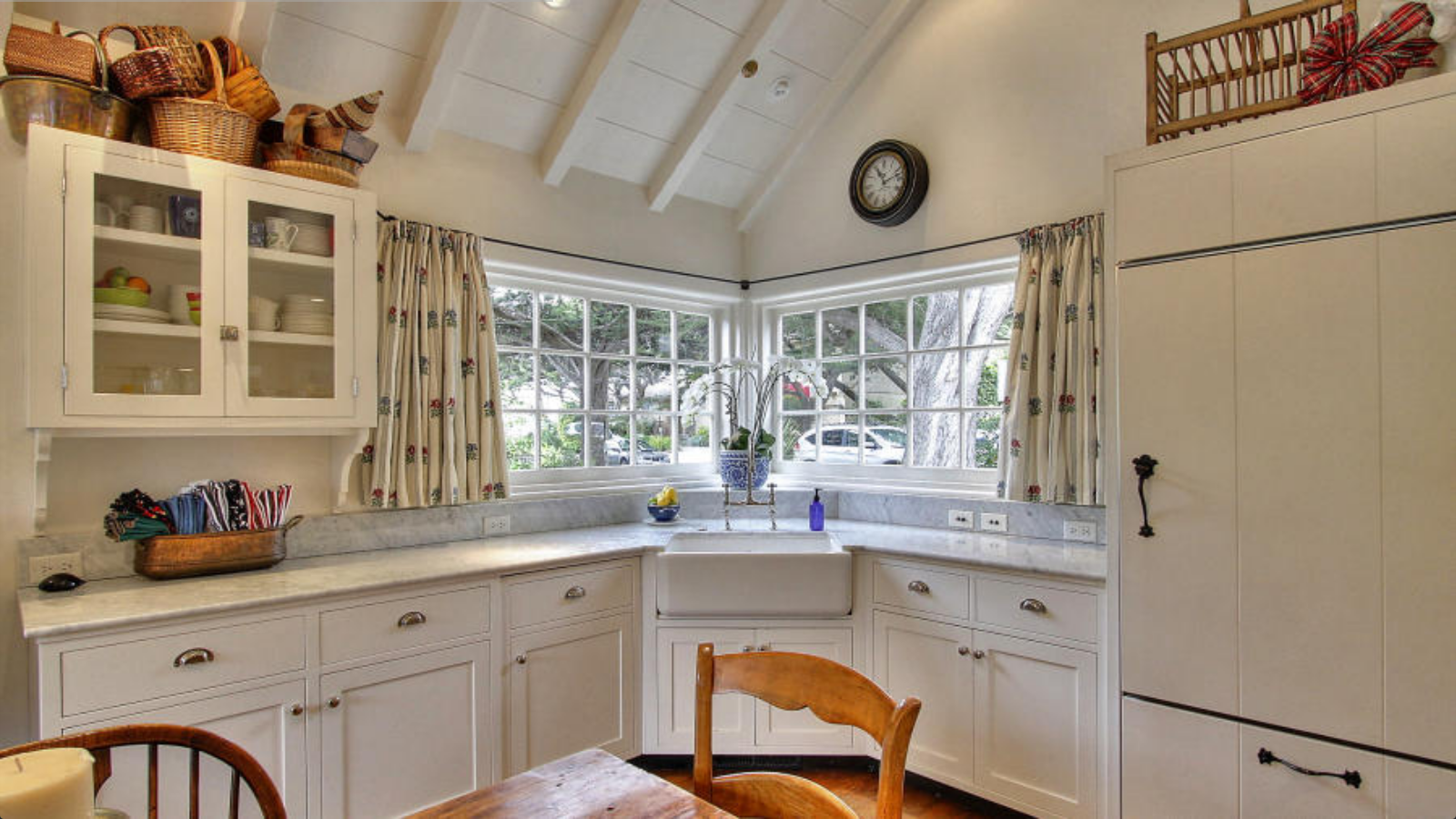 Classic murphy 1920 s country english style cottage once for Kitchen designs with corner windows